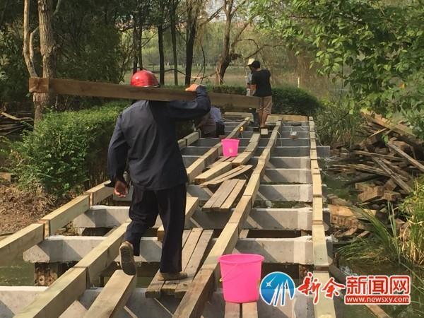据现场施工人员介绍,相比原有的木栈道,由混凝土桩支撑的新栈道将结实